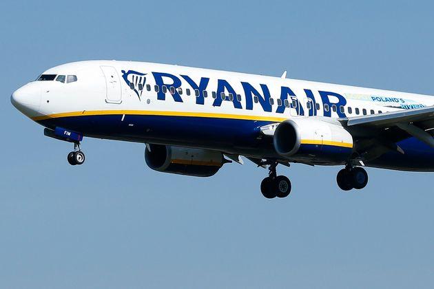 Un avión de Ryanair se dispone a aterrizar en el aeropuerto de El Prat, el 28 de septiembre de...