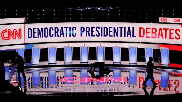 방송사 관계자들이 미국 민주당 대선후보 경선 2차 TV토론회장을 점검하고 있다. 디트로이트, 미시간주. 2019년