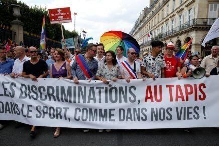 2018年のプライド・パレードに参加した、パリのアンヌ・イダルゴ市長(中央)