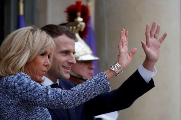 Emmanuel y Brigitte Macron, el pasado noviembre, despidiendo en el Elíseo a una delegación...