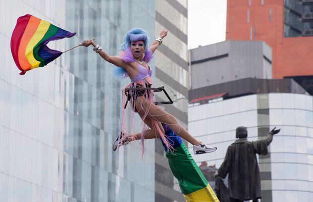 지난 6월 29일(현지시간) 멕시코 시티에서 열린 게이 프라이드 퍼레이드에서 참가자가 무지개 깃발을 흔들고