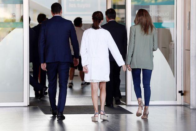 Sánchez y su mujer visitan al