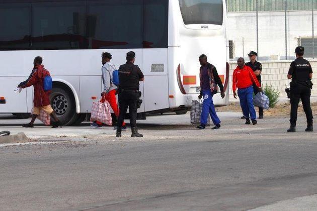 Los migrantes rescatados por el barco Open Arms son trasladados al módulo de reconocimiento de...