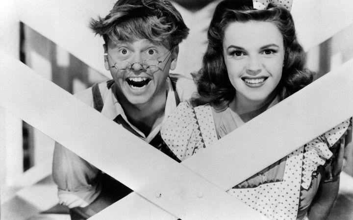 Ο Μίκι Ρούνεϊ και η Τζούντι Γκάρλαντ στα γυρίσματα της ταινίας The Entertainment Hollywood (1974).