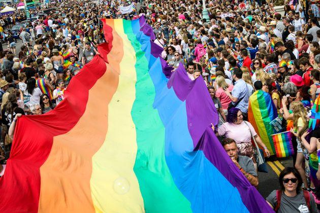 Arco-íris gigante é visto durante Parada LGBT da cidade de Brighton, na Inglaterra, em...