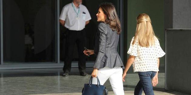 La reina Letizia y la princesa Leonor, este viernes, a su llegada al hospital Quirón Salud Madrid, en...
