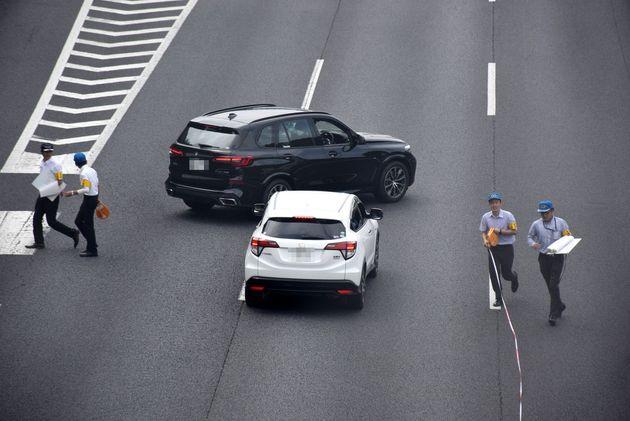 常磐道上り線で男性会社員が「あおり運転」を受け殴られた事件の実況見分で、当時の状況を確認する捜査員ら=31日午前、茨城県守谷市(一部画像処理しています)(了)【編注】車両のナンバーにモザイクを掛けています。