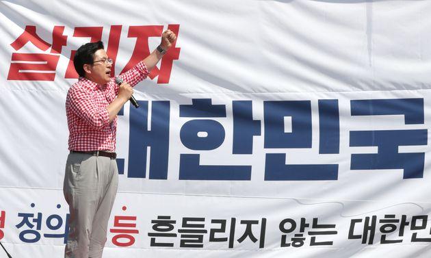 황교안 자유한국당 대표가 31일 오후 서울 종로구 사직공원 앞에서 열린 문재인 정권 규탄 장외집회에서 발언하고