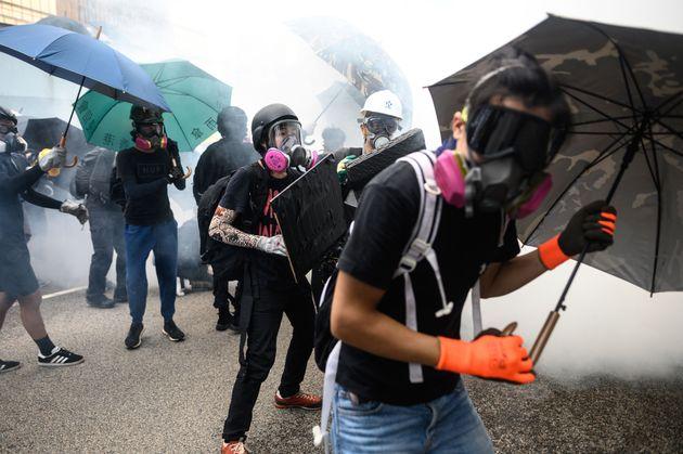 Αντιδράσεις των διαδηλωτών όταν η αστυνομία πέταξε δακρυγόνα έξω από το κοινοβούλιο στις 31 Αυγούστου.