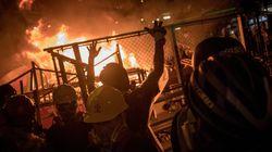 À Hong Kong, les manifestants enflamment des barricades près du siège de la