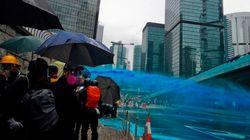 Pourquoi la police de Hong Kong met du bleu dans ses canons à