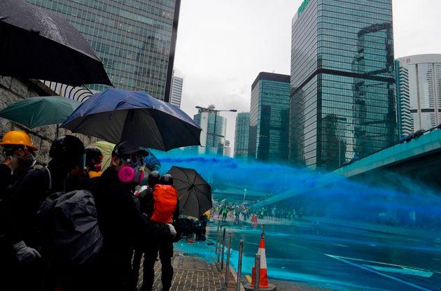 Du liquide bleu projeté par un canon à eau lors de la manifestation interdite à...