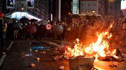 Manifestations interdites à Hong Kong: de violents heurts autour du