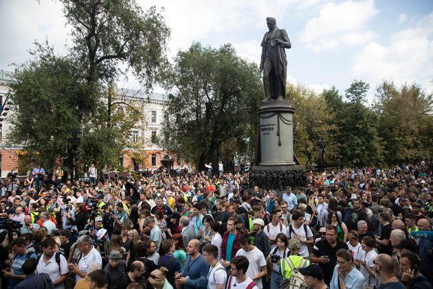 Εκατοντάδες διαδηλωτές...