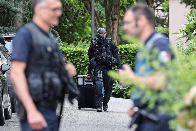 Accoltellamenti a Lione, un 19enne morto e nove feriti, tre sono gravi: è caccia all'uomo in