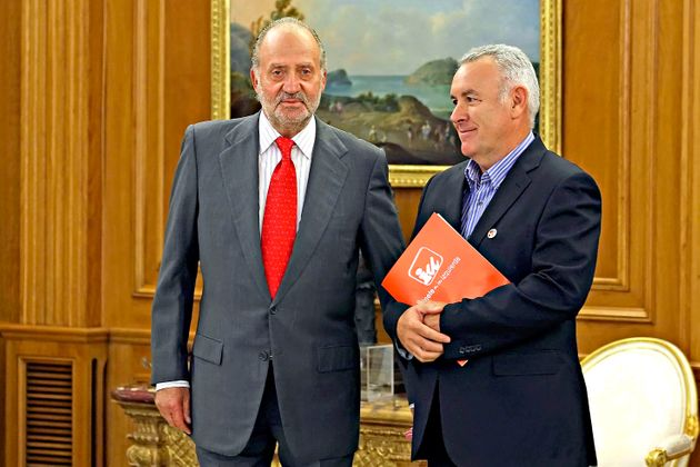 El rey Juan Carlos y Cayo Lara en