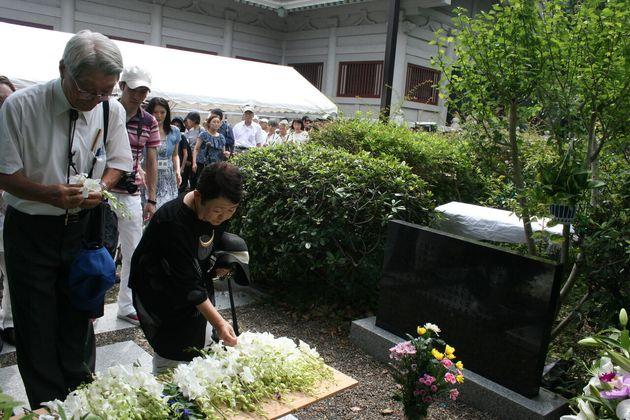 1일 도쿄 스미다구 요코아미초공원에서 열린 간토대지진 조선인 학살 희생자 96주기 추도제에서 시민들이 추모비 앞에 헌화 뒤 묵념하고