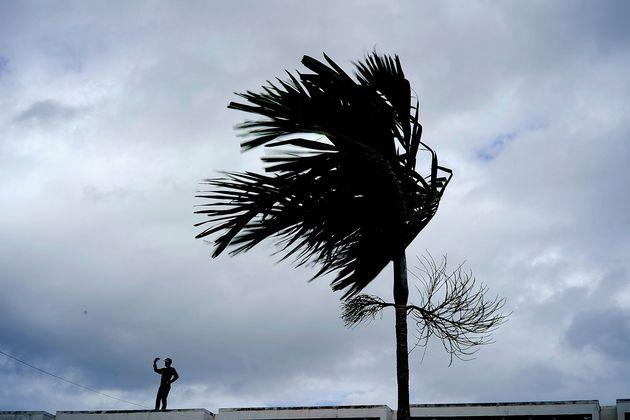Rajadas de vento são detectadas em Grand Bahama, nas Bahamas, neste domingo (1º), como consequência...