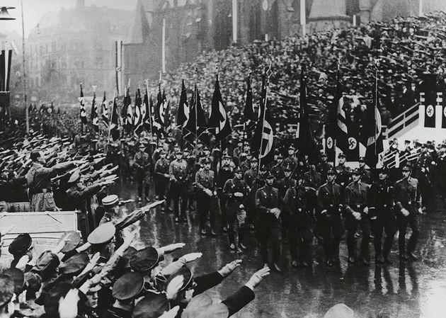 Desfile nazi presidido por Hitler, en
