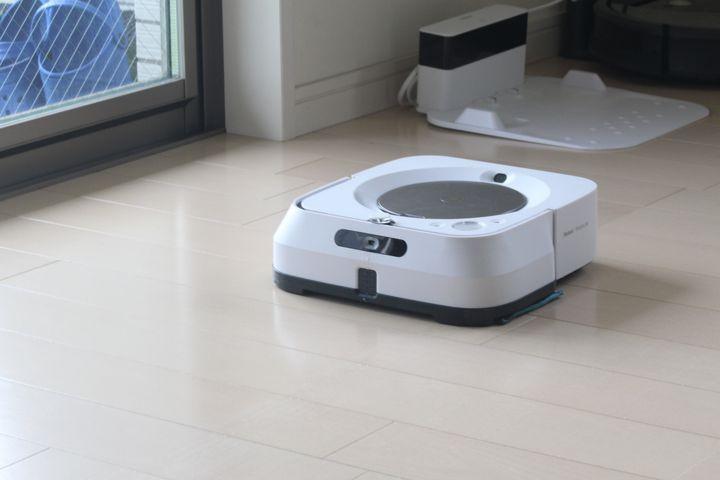 7月26日に日本での販売が開始されたばかりのBraava jet m6が我が家にやってきた。ルンバの最新技術が搭載されたモデルとあって、期待が膨らむ。ボタンひとつで家中の床をふき掃除してくれるし、終わったら自動充電する。