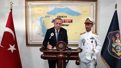 H φωτογραφία του Ερντογάν με τον χάρτη της «Γαλάζιας Πατρίδας» που