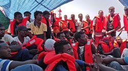 La nave Eleonore forza il divieto di Salvini ed entra nel porto di Pozzallo. Al via lo