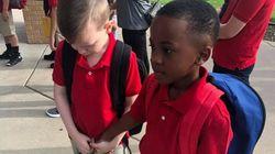 L'amico autistico piange il primo giorno di scuola, lui lo prende per mano e riesce a