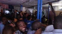La Mare Jonio può sbarcare: l'esultanza dei migranti a bordo della nave