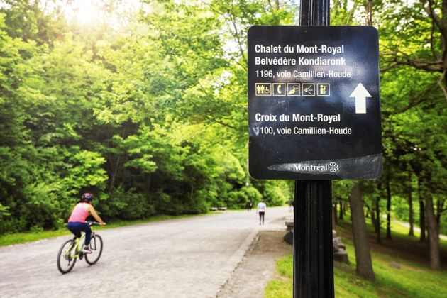 Panneau indiquant le chalet du Mont-Royal à Montréal, sur la voie