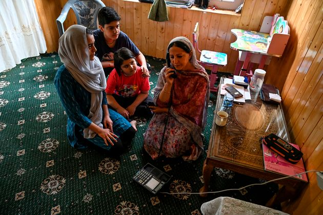 In The Age Of Jio, Kashmiris Forced To Use Phone Booths