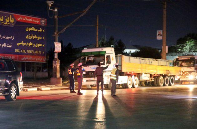 Les forces de sécurité afghanes arrivent sur le site d'une explosion à Kaboul, en...