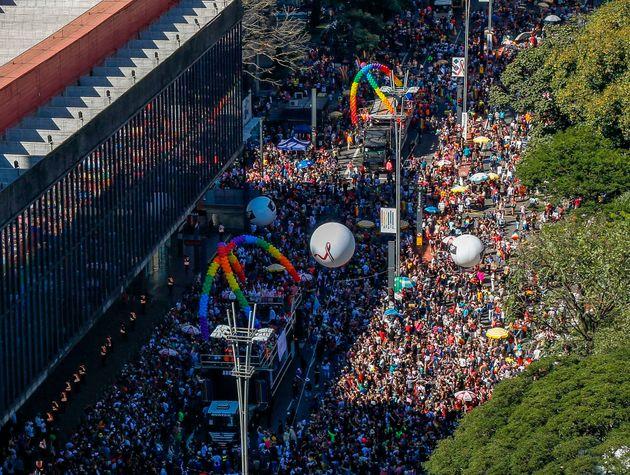 Vista aérea da 23ª Parada LGBT, que comemorou os 50 anos das Revoltas de Stonewall, em São