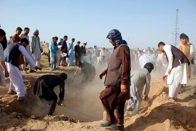 자살폭탄 테러로 목숨을 잃은 정부군 병사들의 시신이 매장되고 있다. 탈레반은 평화협상에서 유리한 고지를 차지하기 위해 휴전을 거부하며 공격을 강화하고 있다. 쿤드즈, 아프가니스탄....