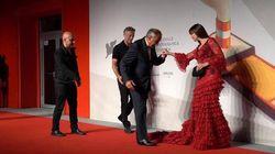 Bellucci bellissima sul red carpet di Venezia. Ma l'abito fa inciampare il direttore