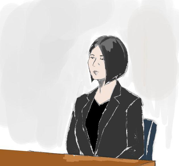 茶髪で長かった髪は肩の上で切りそろえられ、黒いスーツに黒いインナーを着て法廷に現れた船戸優里被告
