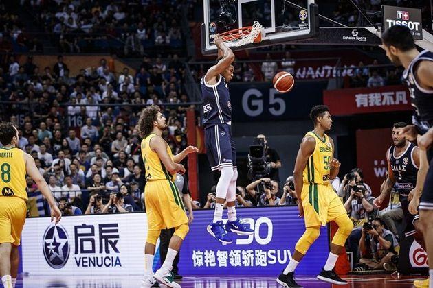 Ο MVP του NBA καρφώνει τη μπάλα...