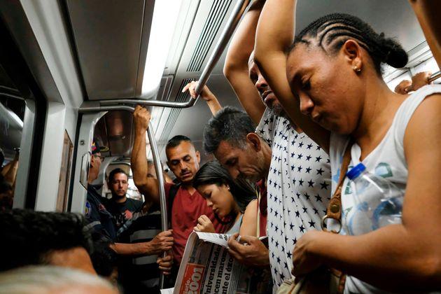 Venezolanos viajando en el metro de