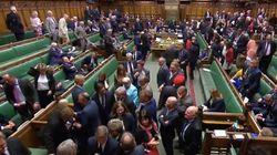 La foto de un político británico que indigna en