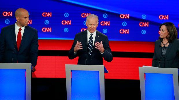 U.S. Senator Cory Booker listens to former Vice President Joe Biden with U.S. Senator Kamala Harris (L-R) on the second night of the second 2020 Democratic U.S. presidential debate in Detroit, Michigan, July 31, 2019. REUTERS/Lucas Jackson