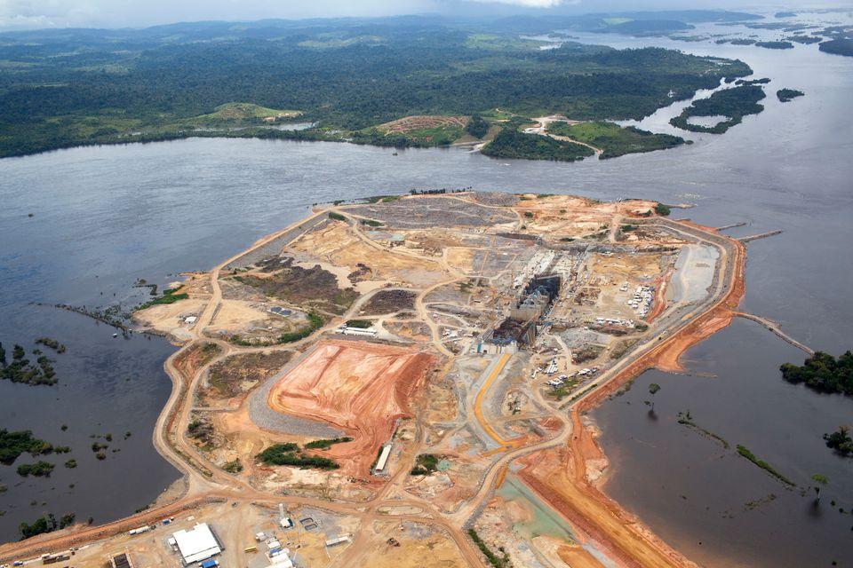 Vista aérea de Belo Monte e mancha de desmatamento em Altamira