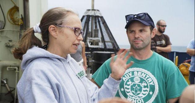 해양학자 사만다 조이와 심해 생태학자 에릭 코데스가 아틀란티스호에서 대화를 나누고 있다. 2018년
