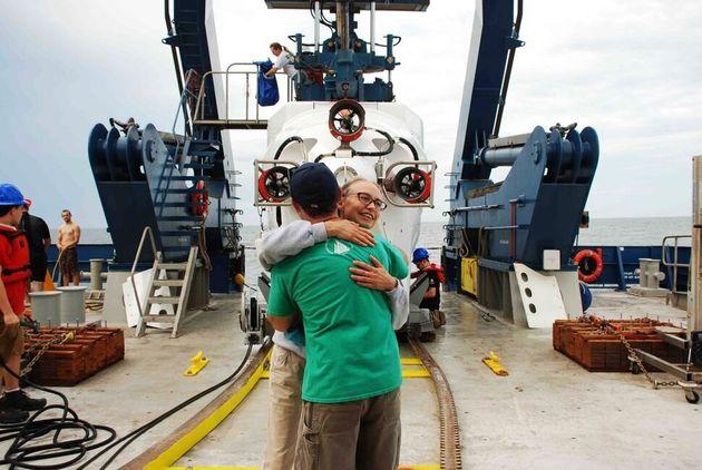 사만다 조이와 에릭 코데스가 피 아일랜드 잠수 후 포옹하고