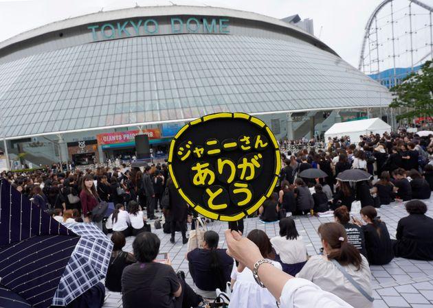 7月に亡くなった「ジャニーズ事務所」社長のジャニー喜多川さんのお別れの会の会場を訪れた人たち(東京都文京区の東京ドーム)