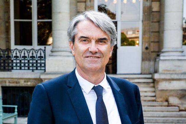 Le député de Toulouse Pierre Cabare posant devant l'Assemblée nationale en juin