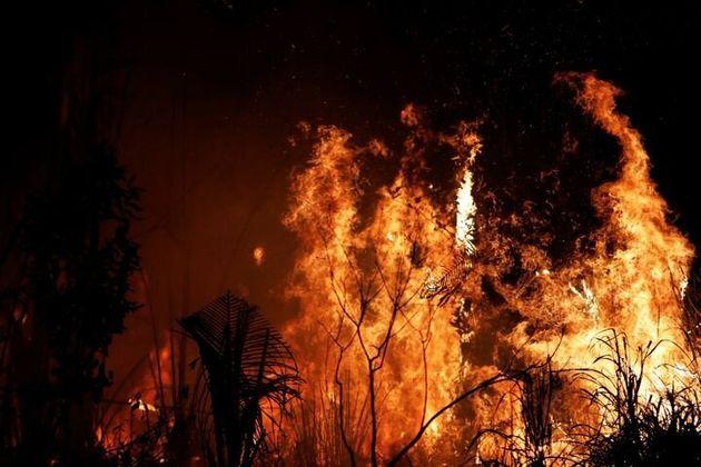 Une parcelle de forêt amazonienne brûle, défrichée par les bûcherons et les agriculteurs, près d'Altamira,...
