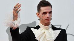 Achille Lauro (senza Rolls Royce) è un duca moderno ed eccessivo sul red carpet di