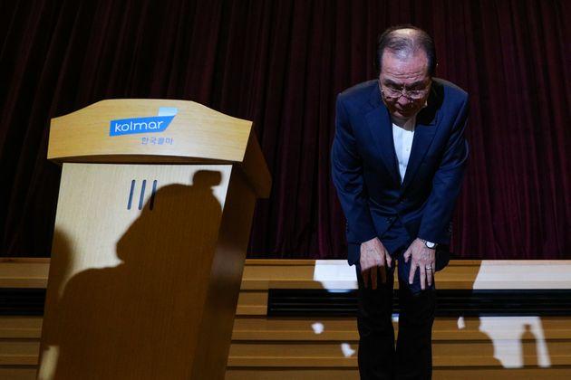 윤동한 한국콜마 회장이 8월 11일 오후 서울 서초구 한국콜마 종합기술원 대강당에서 기자회견을 열고 대국민 사과를 하고