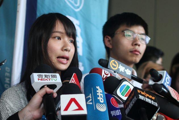 香港警察に保釈され、記者団の取材に応じる民主派幹部の周庭氏(左)と黄之鋒氏(中国・香港、2019年8月30日)