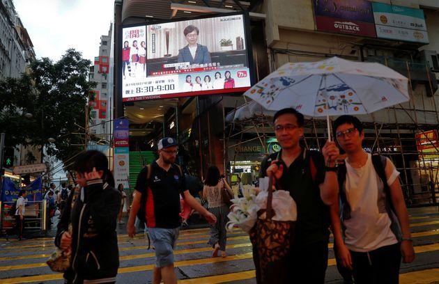 Η ηγέτης του Χονγκ Κονγκ αποσύρει το νομοσχέδιο έκδοσης στην Κίνα. Είναι όμως αυτό