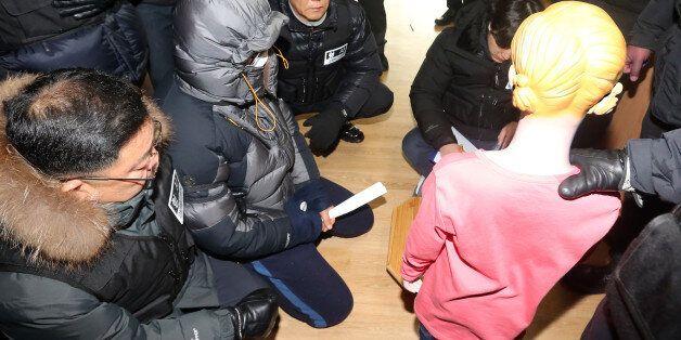 고준희양 친부 고모씨(37)가 4일 자택인 전북 완주군 한 아파트에서 '고준희양 사체유기'에 대한 현장검증을 하고